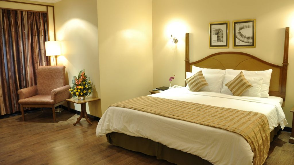 age to rent hotel room